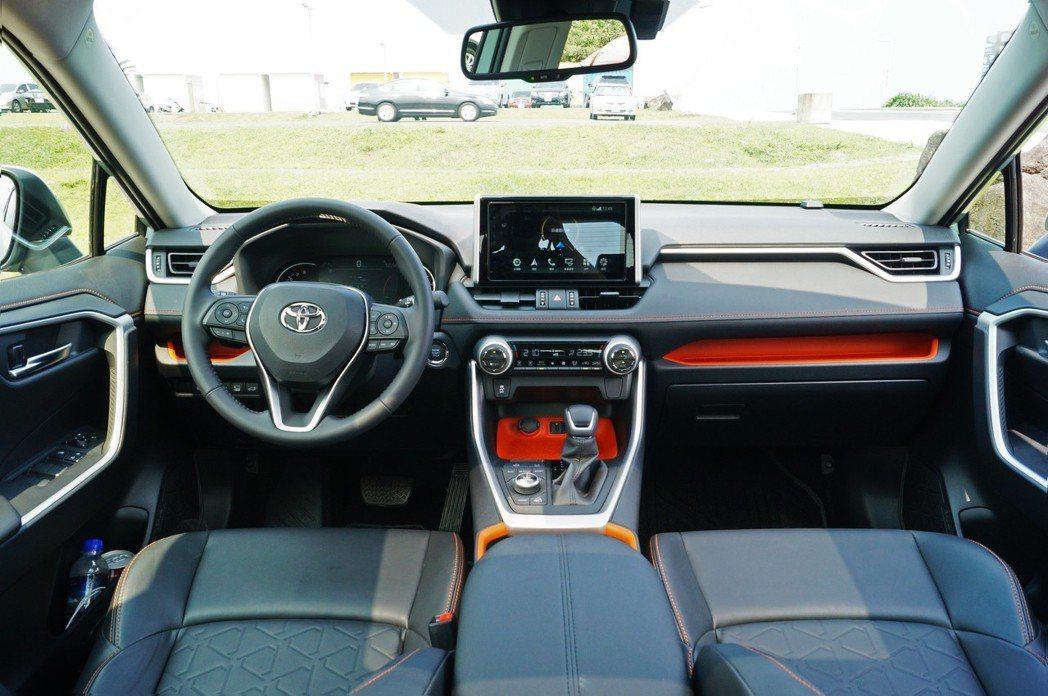 RAV4 Adventure在內裝部分採用橘色系做妝點,讓車室顯得陽光活潑,一掃...