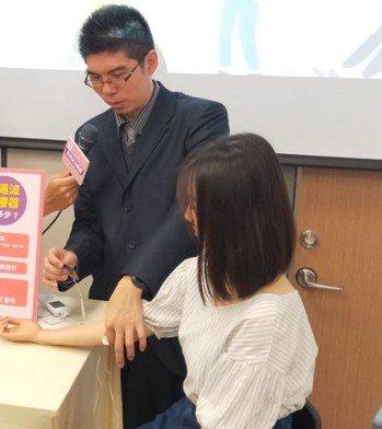 三軍總醫院復健醫學部蔣尚林醫師現場示範「低週波治療器」使用,並提醒相關使用限制。...