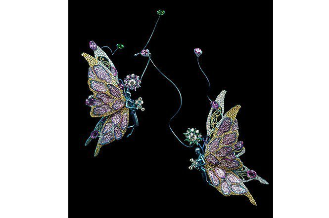 (左)黃鑽、鑽石、翠榴石、粉紅剛玉、紫水晶、紅寶石、鈦金屬。 (右)黃鑽、鑽石、...