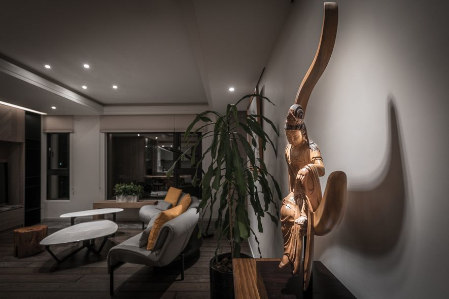 (圖)玄關與客廳之間,選用多年珍愛的百寶櫃及水月觀音像作為銜接。