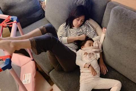 賈靜雯在臉書上曝光哄女兒咘咘睡覺的照片,只見母女倆攤在沙發上,賈靜雯雙腿抬高、一手抱女兒、一手握拳作勢想揍人;咘咘躺在媽媽懷中,還抓著「小被被」,雙腿則是開得超豪邁。賈靜雯無奈嘆:「什麼睡姿?不進房...