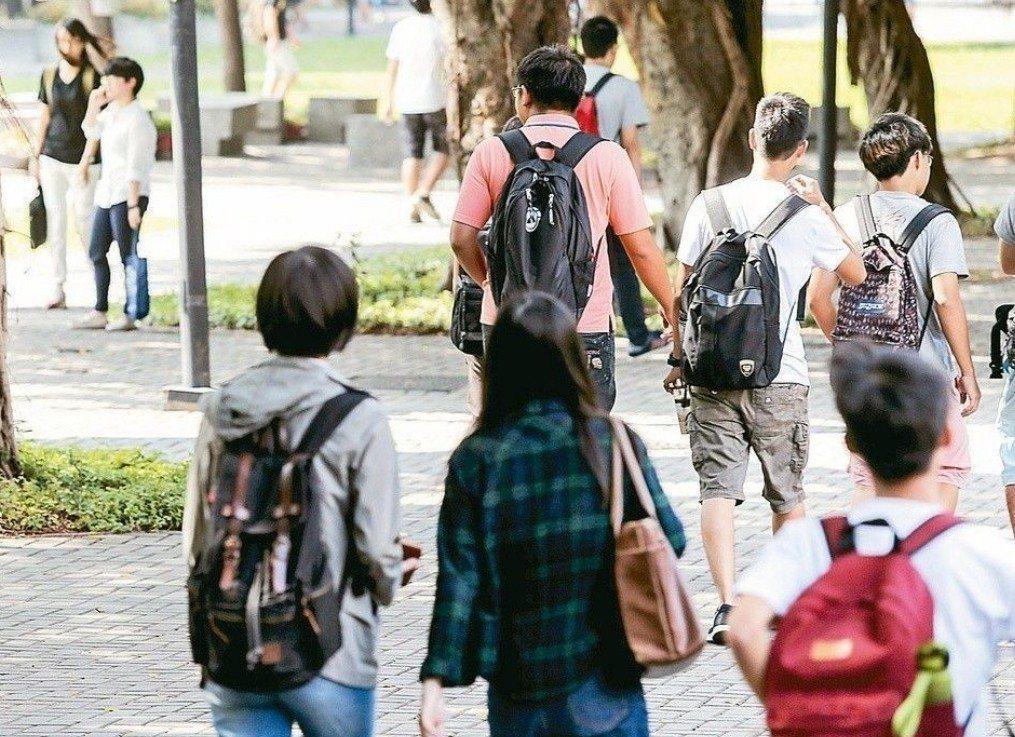 家長團體呼籲,大學個人申請不限報名6校系,將選擇權還給考生及家長。圖/聯合報資料...