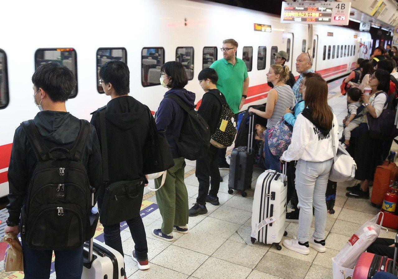 今年清明連假有4天,台鐵為疏運旅客,全線加開252班加班車,今天零時開賣。本報資...