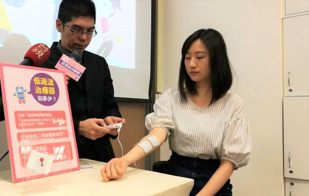許多人會藉由低週波治療器緩解肌肉痠痛,不過醫師提醒,每個人對於電流刺激強度的反應...