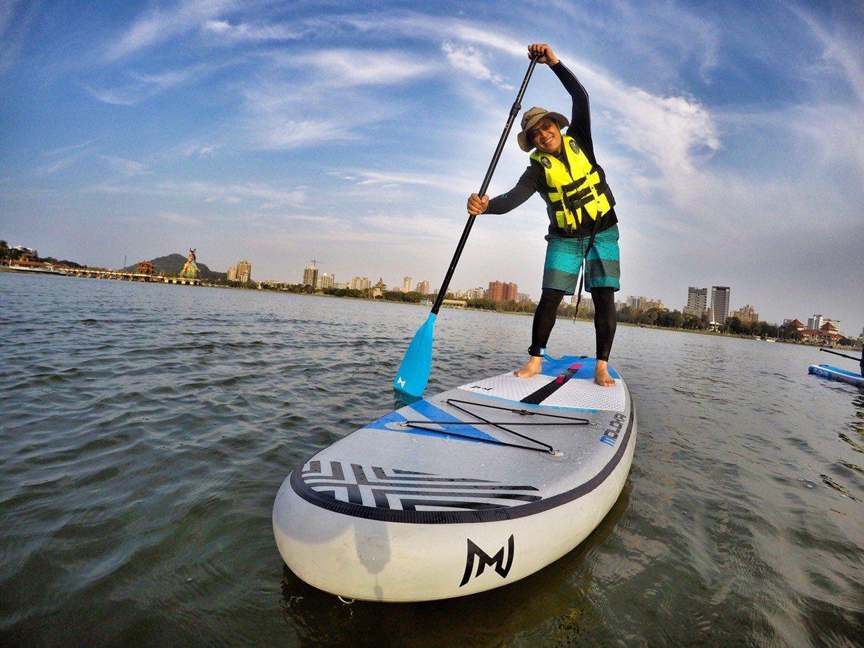 近年超夯的「立式槳板SUP」水上運動,在蓮池潭、愛河等處都有玩家。圖/主辦單位提...