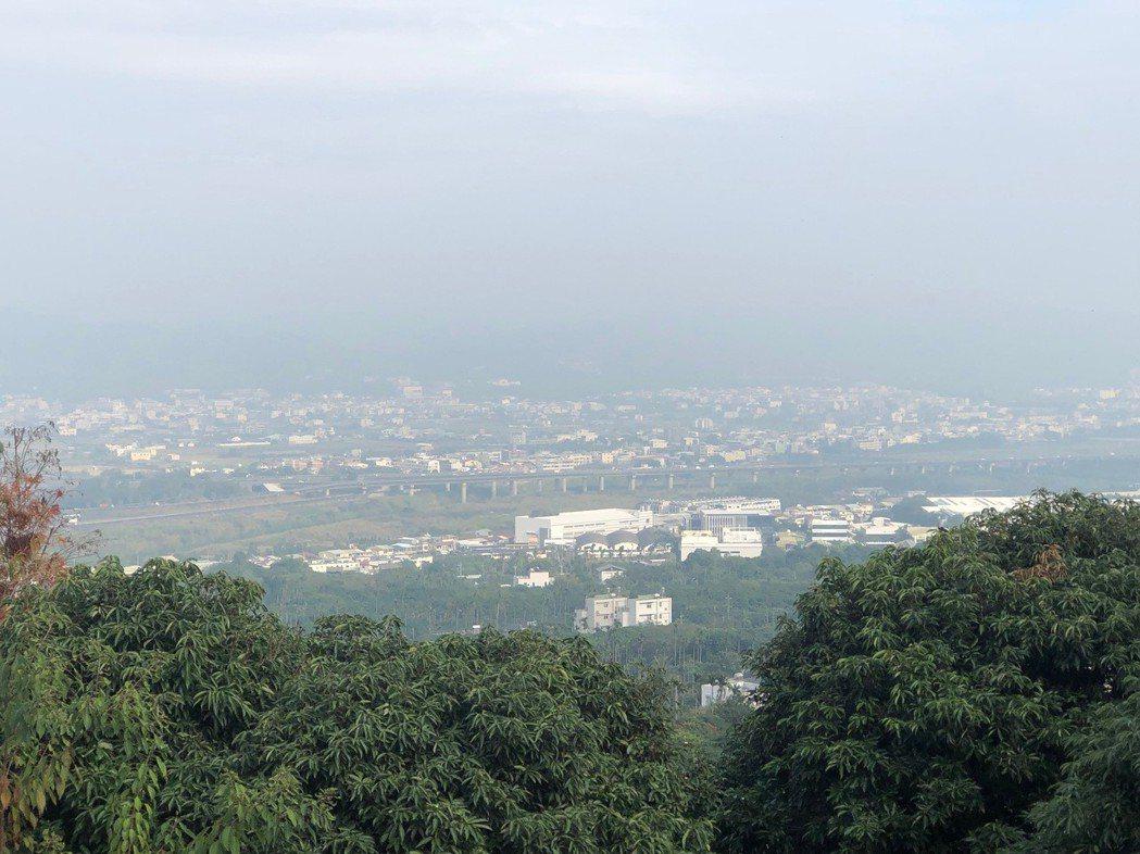 南投縣今天空氣品質差,從高處眺望市區一片灰濛濛。記者江良誠/攝影