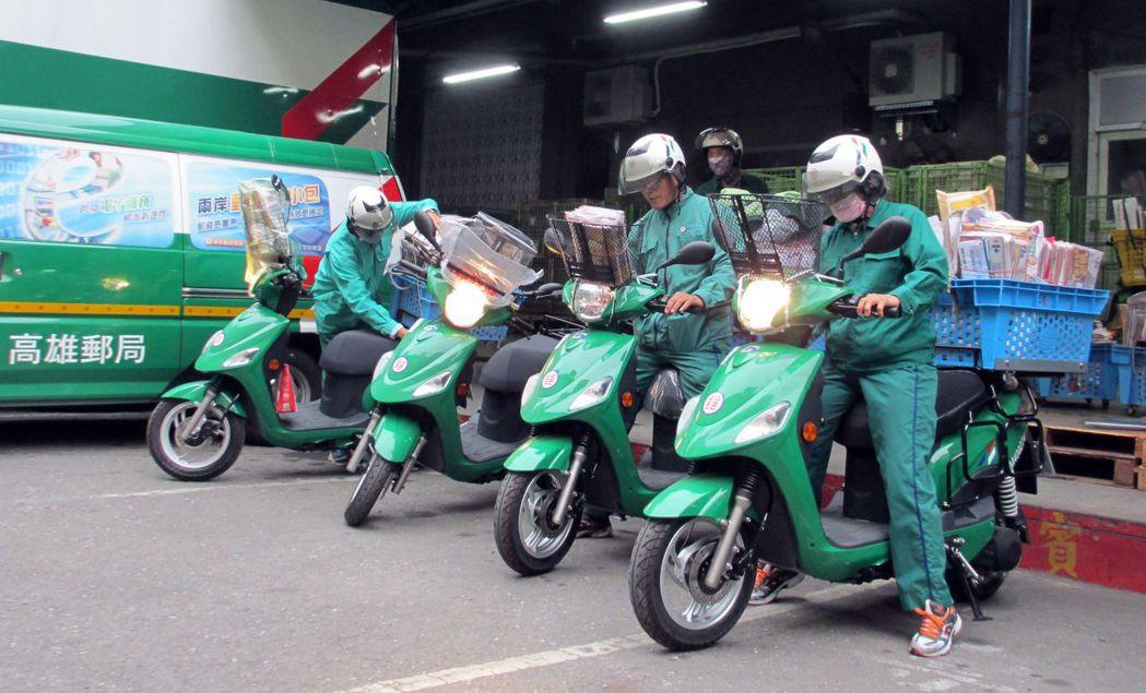 中華郵政公司將郵務車改為電動機車。本報資料照片