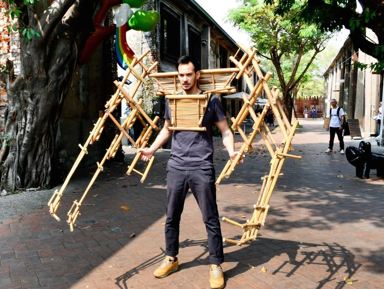 法籍藝術家喬納森·西瑟芬擅長仿生、擬態互動式裝置藝術,創作的哪吒六臂竹鎧甲可以操...