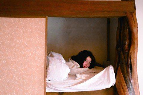 連俞涵即將於3月21日推出第三本書「一邊夢遊,一邊鎌倉」,首次推出寫真圖文書的她特地前往日本鎌倉進行拍攝。攝影師是認識多年的好朋友,兩人睡同一間房,常常連俞涵剛睡醒,妝都還沒化、內衣還沒穿,鏡頭已經...