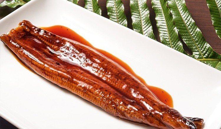 現代清明掃墓,方便的滷菜熟食取代傳統三牲,魚、豬類最熱賣的是蒲燒鰻魚跟香腸。圖/...