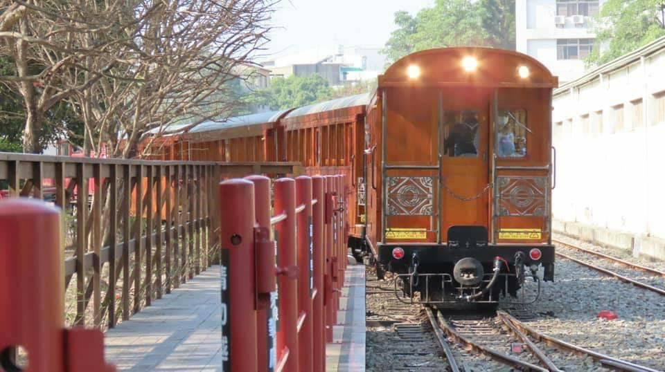 六月規劃「林鐵輕療癒」主題列車配合瑜珈旅行,以柴油機關車附掛檜木車廂行駛。圖/阿...