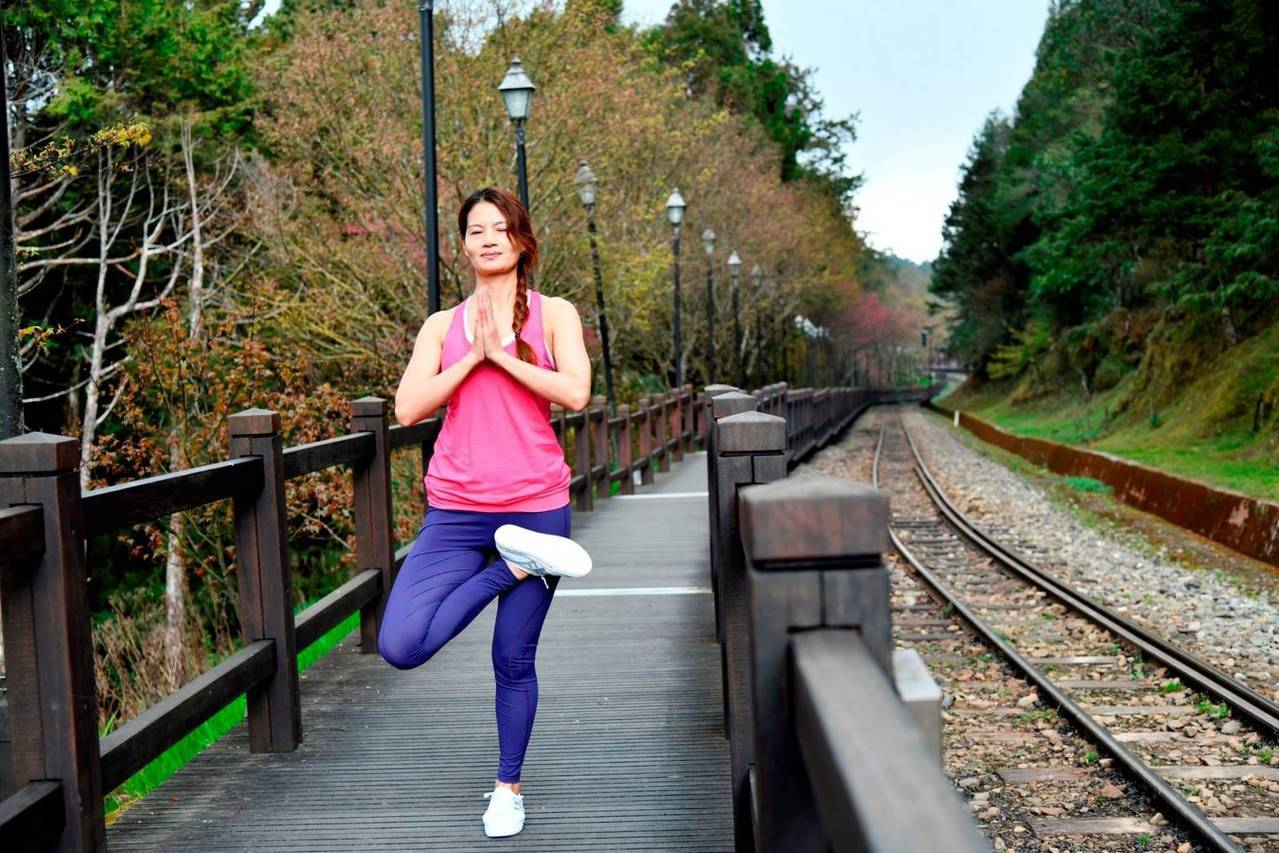 阿里山林鐵六月規劃「林鐵輕療癒」主題列車配合瑜珈旅行。圖/阿里山林鐵處提供