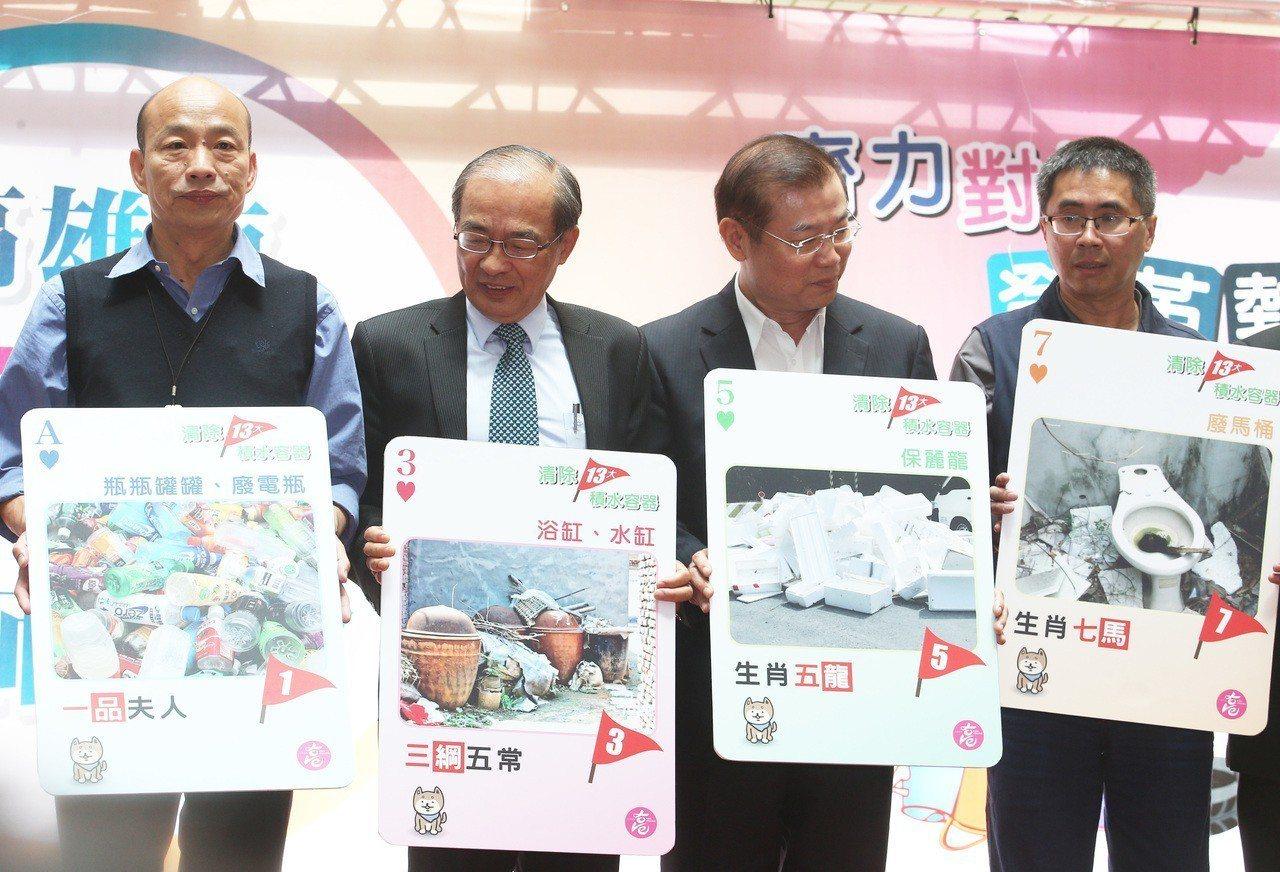 高雄有市府官員在會議上「抖腳」惹怒市長韓國瑜(左),神經內科醫師表示,如排除心理...