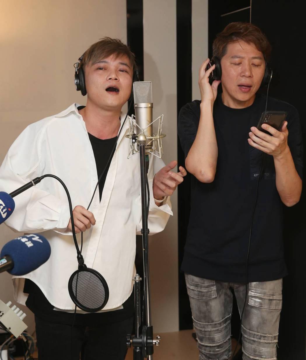 林偉龍(左)、洪敬堯今天順利進錄音室開唱。記者侯永全/攝影