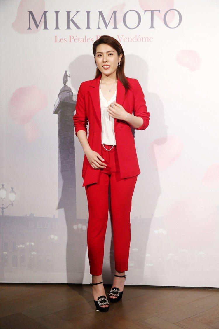 理科太太配戴MIKIMOTO玫瑰珠寶系列,搭配PENNYBLACK紅色套裝、Ro...