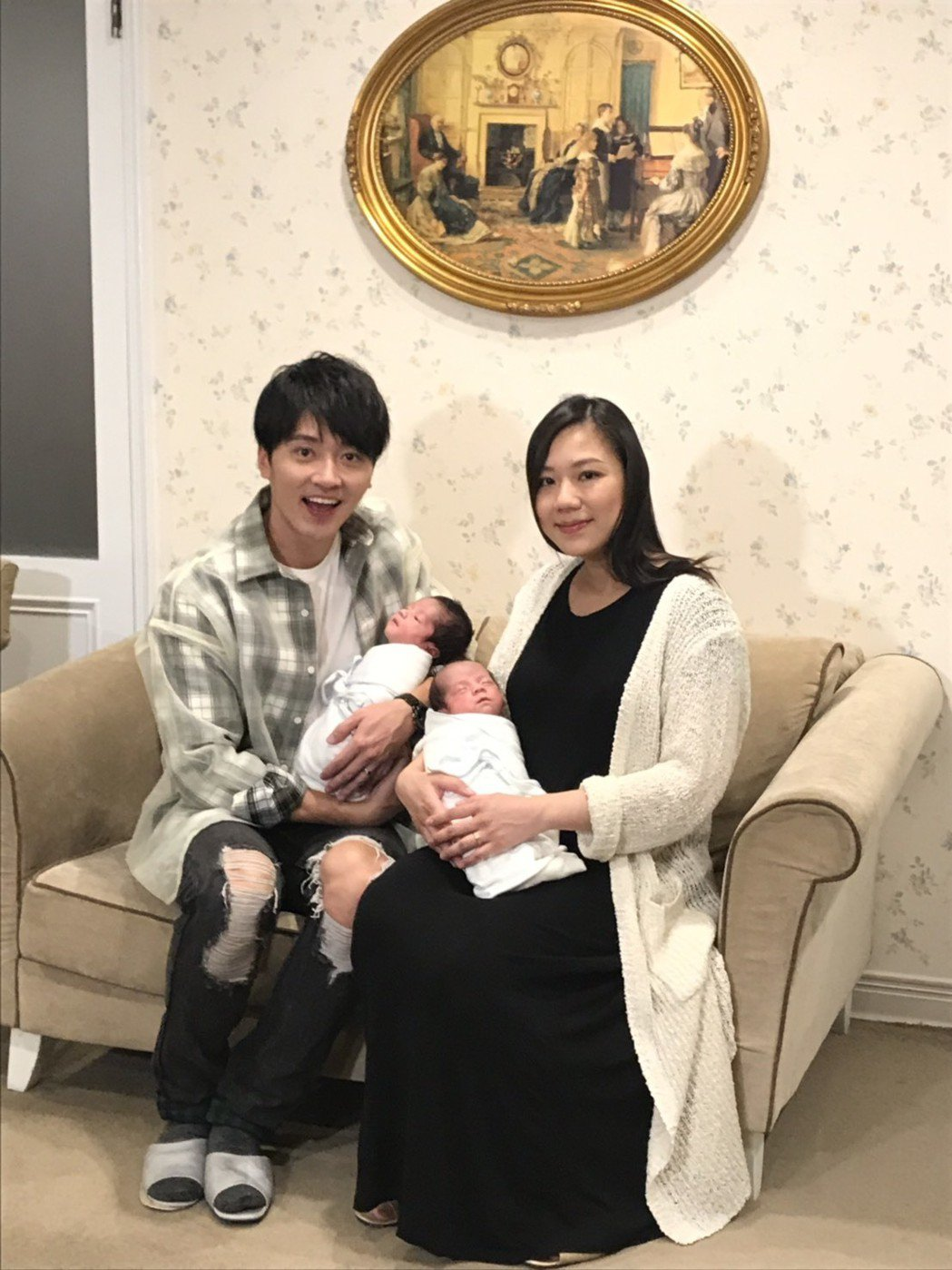 馬俊麟和老婆帶著雙胞胎出來見客。圖/民視提供