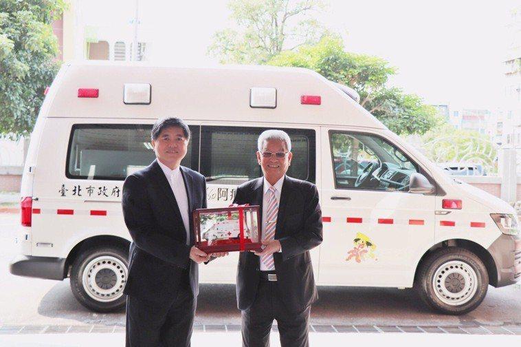 阿瘦皮鞋總裁羅水木(右)捐贈救護車給台北市消防局,局長吳俊鴻代表接受,希望幫助需...