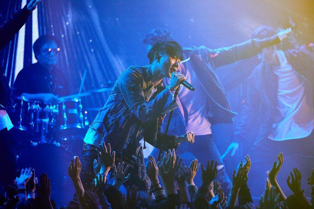 林俊傑邀來400位歌迷合拍「進階」MV。圖/華納提供