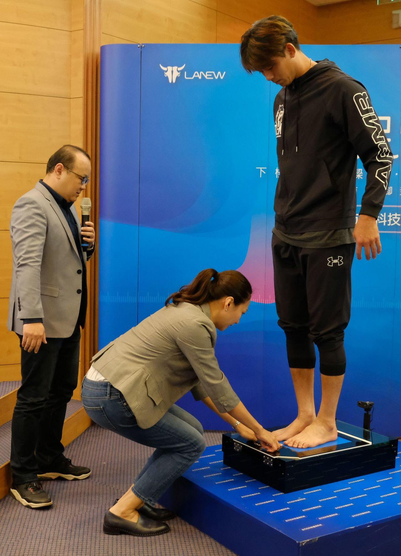 鞋業品牌LA NEW與聯新國際醫院,首創運動醫學與鞋業創新服務,今天簽訂策略聯盟...