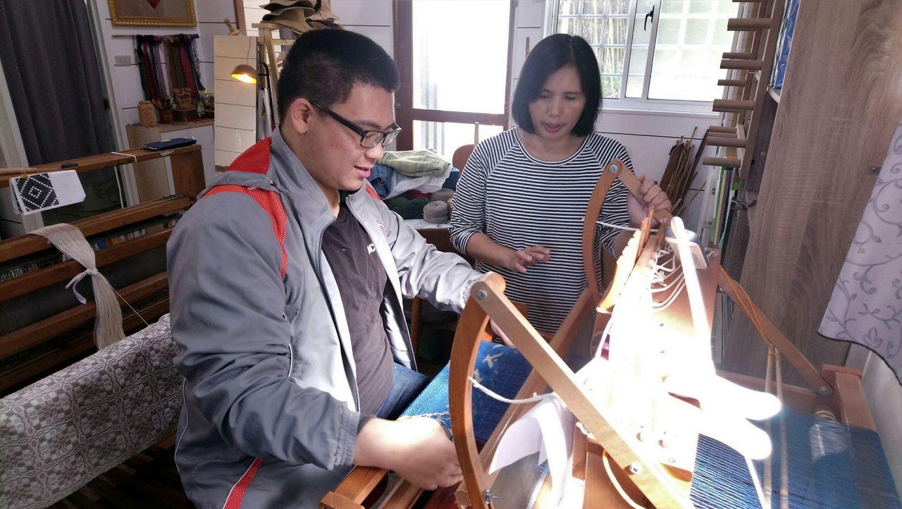 奧萬大今年首次結合螢火蟲資源和部落文化推出「自然原味小旅行-螢光織色」活動。圖/...