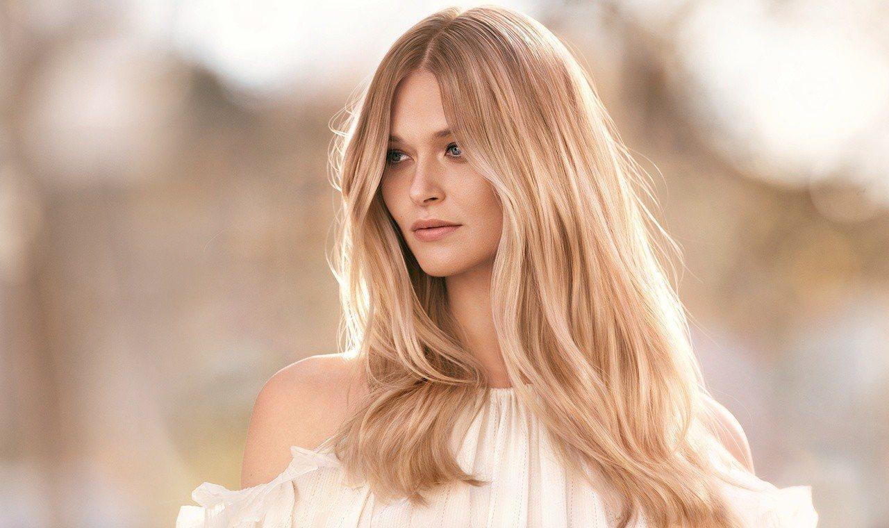 Cold brew hair「冷萃咖啡髮色」搭配巴黎畫染技巧,可營造出髮絲間光線...