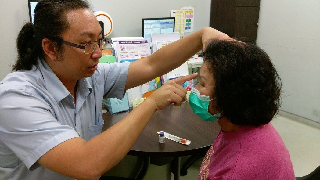 醫師孔勝琳(左)說明,黃姓阿嬤(右)經接受肉毒桿菌素注射治療,終於擺脫擾人的偏頭...