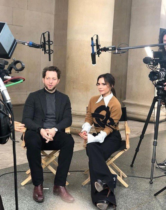 維多莉亞貝克漢近日在自己的Youtube頻道發布前陣子倫敦時裝周的紀錄影片,揭露...