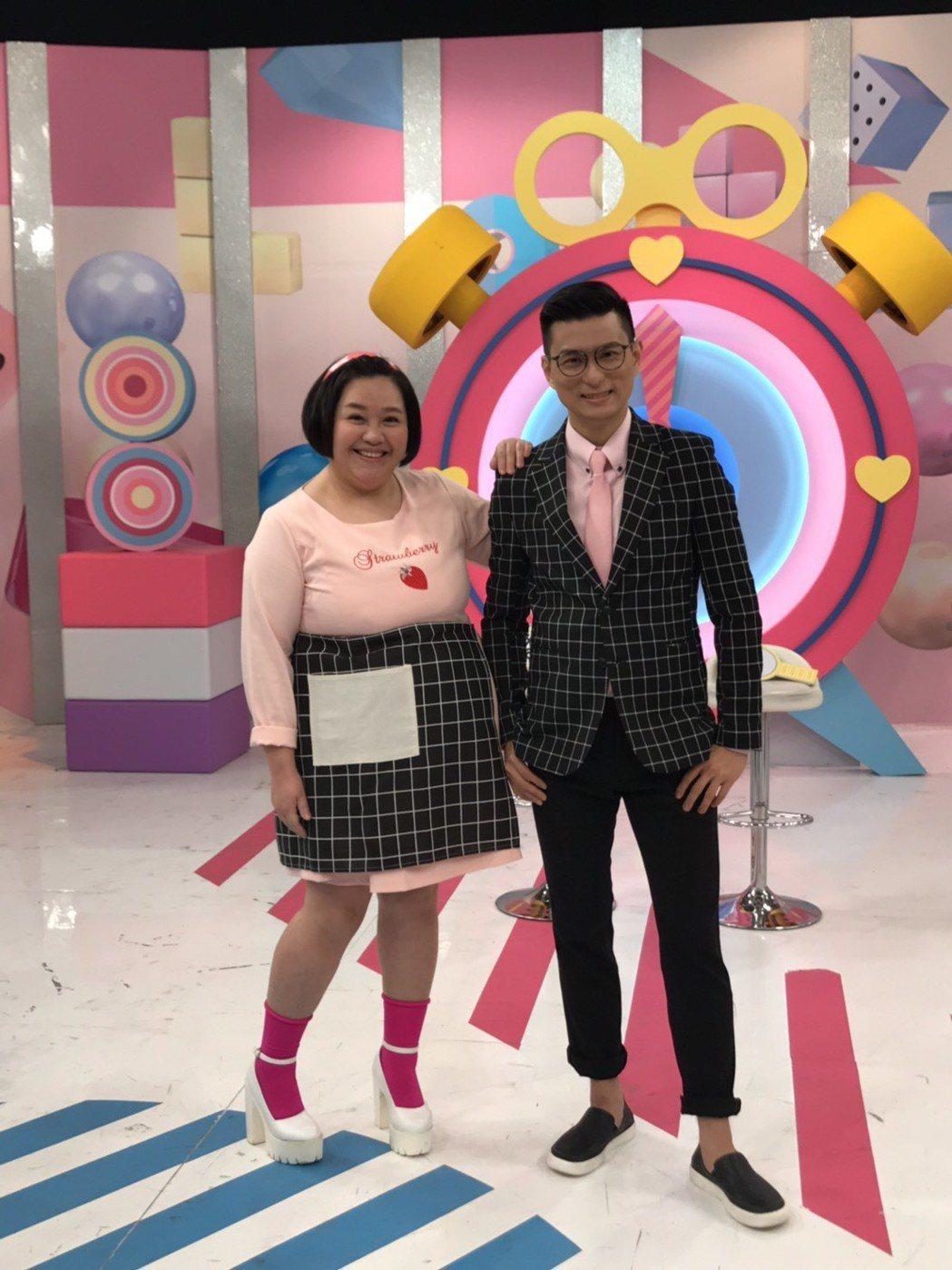 黃瑽寧(右)和鍾欣凌主持的東森「媽媽好神」節目改版。圖/東森提供