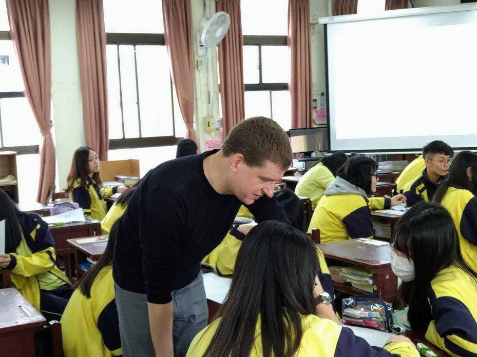 金甌女中在繁星放榜後,會將高三課程作分流安排,學生可依據個人需求選擇指考追分或大學先修課程,包括全英語授課的「英語簡報力」大學先修課程。圖/金甌女中提供