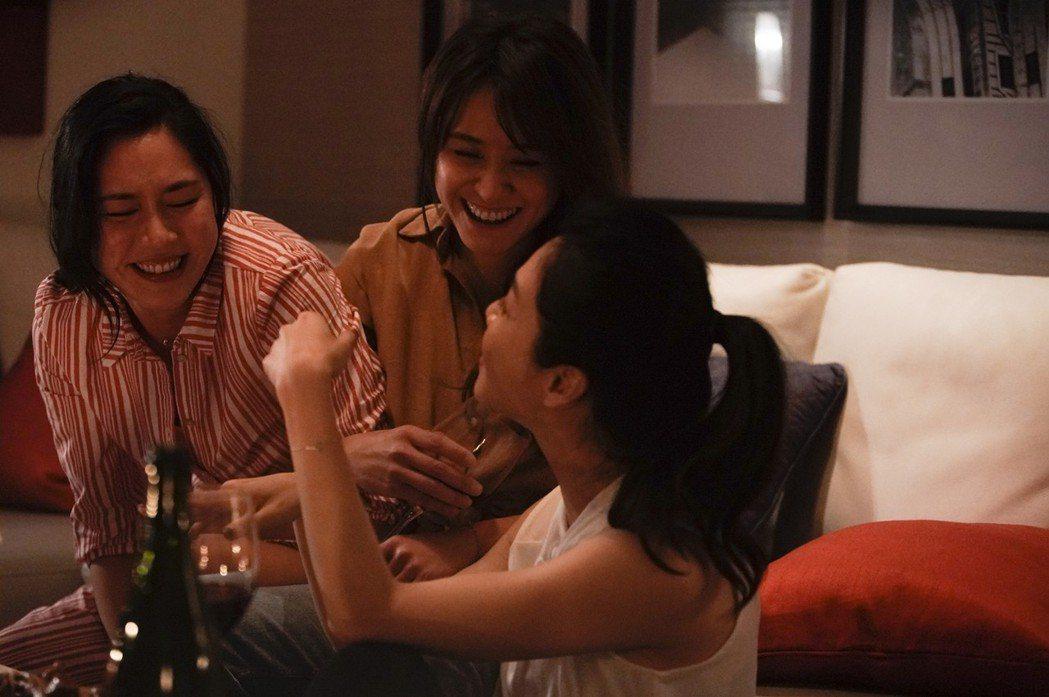 張家慧(左起)、海裕芬、謝盈萱喝紅酒入戲。圖/周子娛樂提供   ※ 提醒您:禁止...