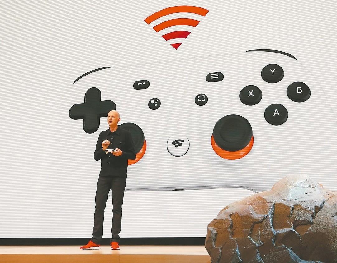Google副總裁哈里森19日在舊金山介紹新推出的遊戲控制器。 (路透)