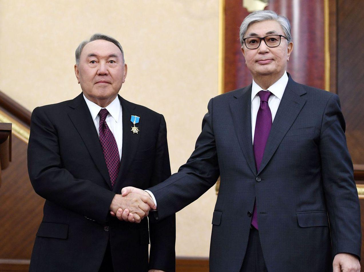 納札爾巴耶夫(左)在位一天,哈薩克就沒有接班問題。右為代總統托卡葉夫。 (路透...