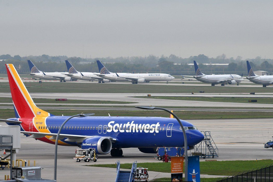 衣航空難後,各國政府紛紛下令停飛波音737 MAX客機,圖為美國西南航空的波音7...