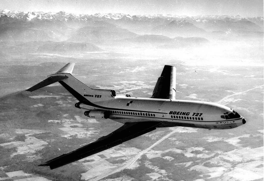 1963年2月,波音727客機首飛,是第一架三引擎商用機,它曾是最受歡迎的商用客...
