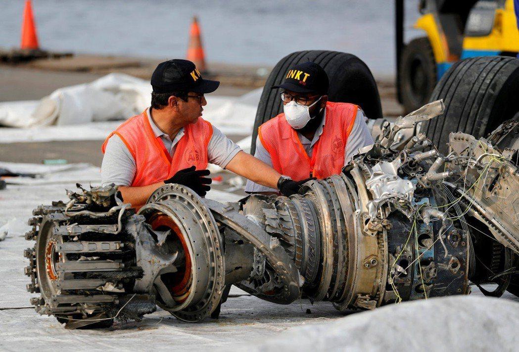 獅航空難後,印尼國家運輸安全委員會人員仔細研究殘骸,調查失事原因。 (路透)