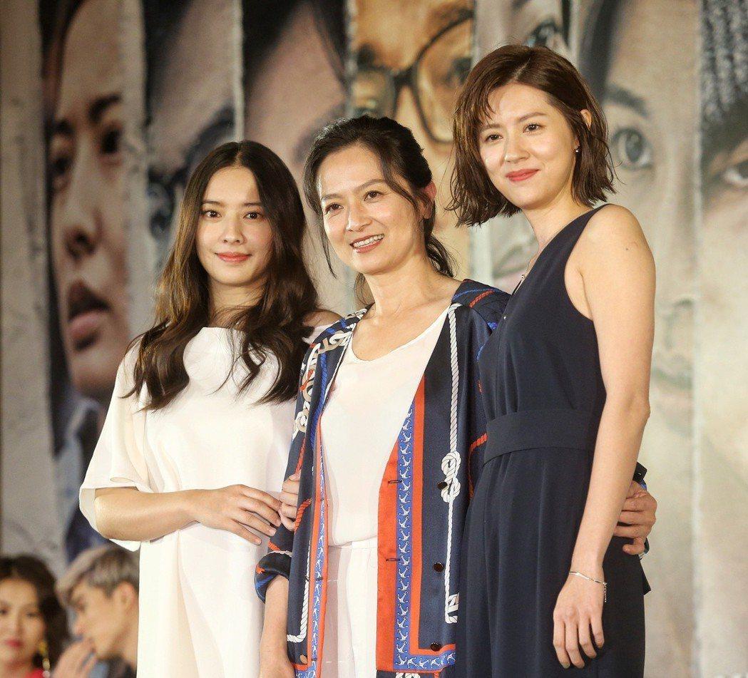 周采詩、謝瓊煖、林予晞在台上合影留念。記者鄭清元/攝影