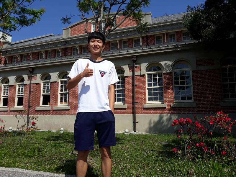 台南二中3年5班鄭勝瑋上個月參加多益測驗,考出990分滿分。圖/學校提供
