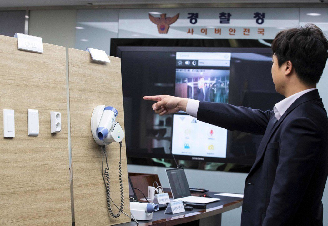 南韓警方展示插座和吹風機架遭裝設偷拍器材。(法新社)