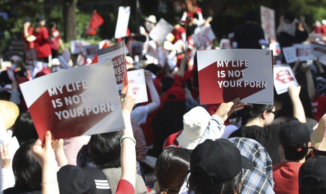 南韓女性去年上街抗議政府打擊偷拍不力。(法新社)