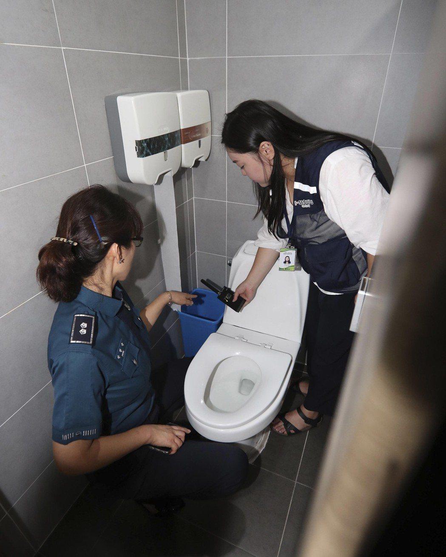 南韓女性如廁常得擔心是否遭偷拍。(歐新社)