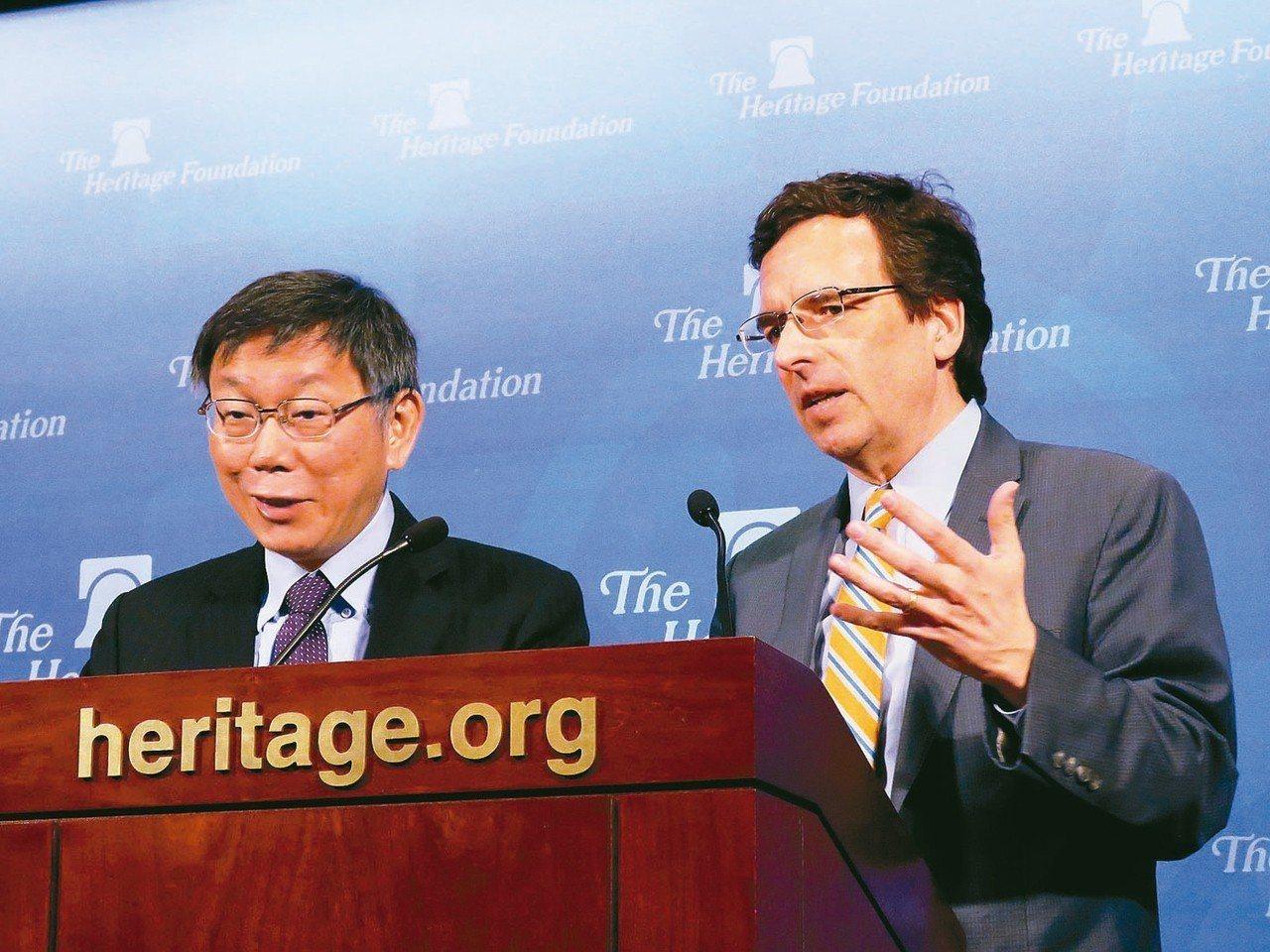 台北市長柯文哲(左)20日於華府智庫傳統基金會演講,由傳統基金會亞洲研究中心主任...