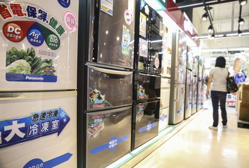 民眾在賣場選購節能冰箱。聯合報系資料照片/記者楊萬雲攝影