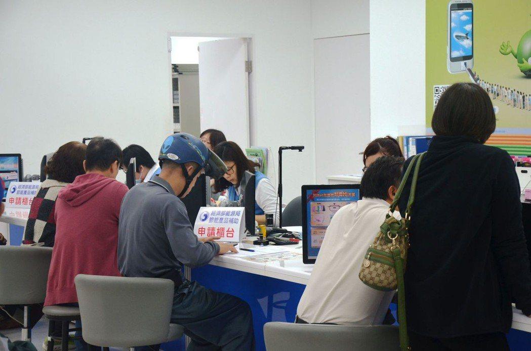 中華電信櫃台專辦節能補助金申請,光比對、輸入資料每件就要20到30分鐘。聯合報系...