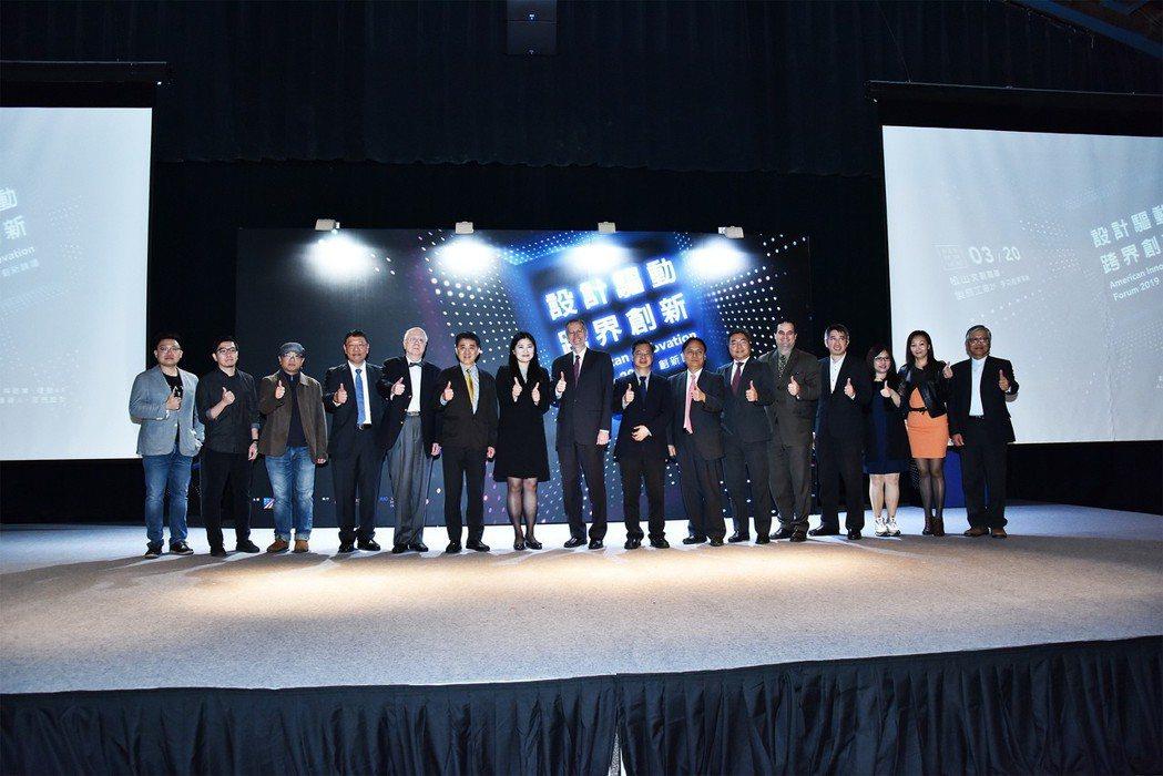 AIT處長酈英傑(左八)、政務委員龔明鑫(右八)、台灣微軟公共暨法律事務部總經理...