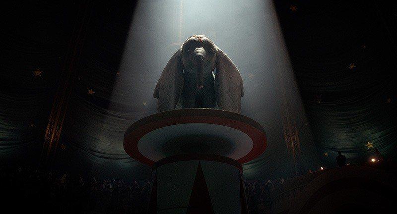 ▲小飛象站在高台上,眾目睽睽之下到底跳還是不跳?著實讓觀眾們為他揪心。 圖/迪士...