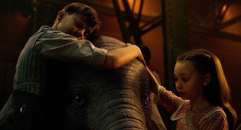 ▲照顧小飛象的小姊弟也是電影裡的靈魂人物,沒有他們,或許就沒有展「耳」高飛的小飛...