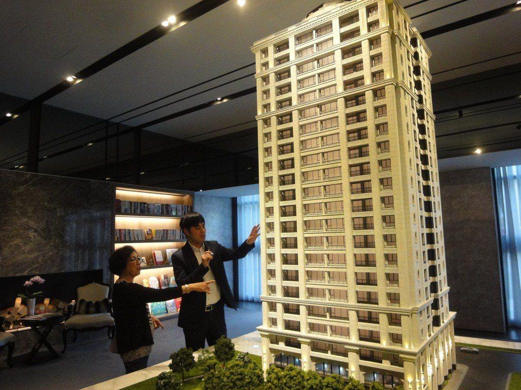 央行日前公開表示,台灣房市已經擺脫谷底,於是購屋族掀起一波波看屋人潮。圖/倪子仁...