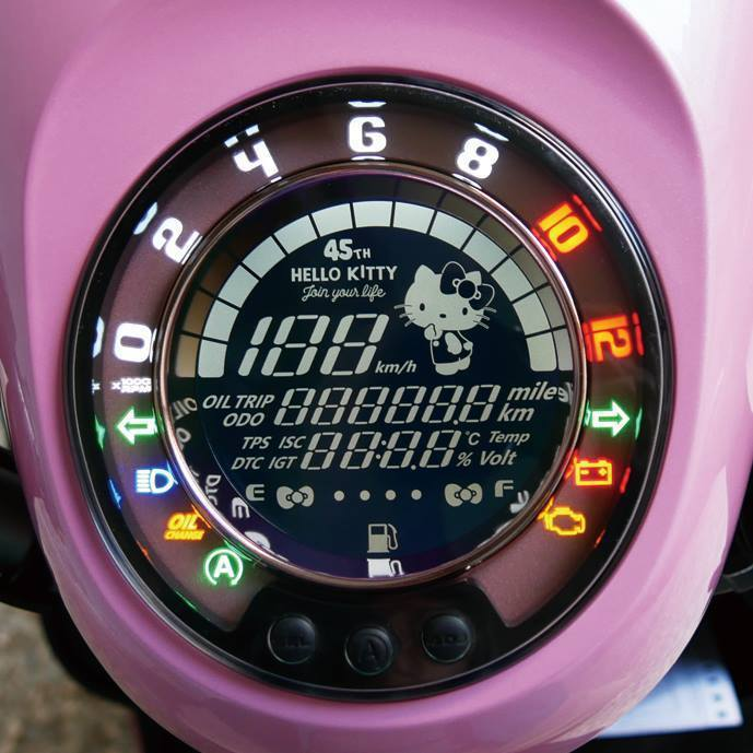 儀表板上也有Hello Kitty,並嵌上了45週年的字樣。 摘自PGO