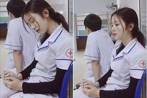 網路上最近流傳著一組照片,照片中一名長像酷似韓星孫藝珍的正妹護理師累癱在醫院走廊,只見前一秒她恍神看著前方,下一秒卻直接在椅子上睡著了,水汪汪的大眼睛加上清秀白皙的臉龐,讓許多網友相當心疼。據悉,這...