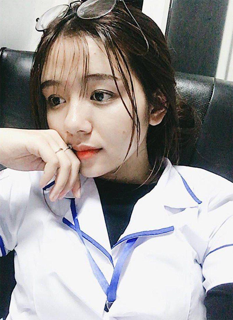 這位正妹護理師的朋友還曝光她上班時的模樣,水汪汪的大眼睛酷似洋娃娃。圖/擷自臉書
